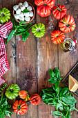 Stilleben mit Tomaten, Bocconcini, Olivenöl, Basilikum und Parmesan