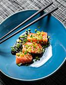 Lachs-Sashimi mit Sojasauce (Japan)