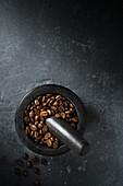 Kaffeebohnen im Mörser