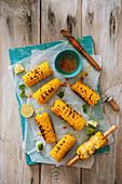 Gegrillte Maiskolben mit Chilibutter und Limetten