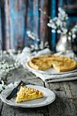 Apple Pie auf rustikalem Holztisch