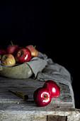 Stilleben mit roten Äpfeln auf Holztisch
