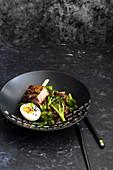 Schweinebauch mit Brokkoli-Ramen-Salat und Ei (Asien)