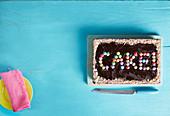 Schokoladen-Blechkuchen mit bunten Schokolinsen