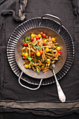 Vegane Vollkornnudel-Pfanne mit Pesto, frischem Mangold und bunten Cocktailtomaten