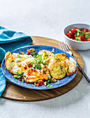 Spiegeleier mit Chiliöl und Curry-Kartoffelchips