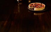 Haselnuss-Feigenkuchen vor dunklem Hintergrund