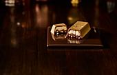 Billionaire Bullion Bar (Schokoladendessert) vor dunklem Hintergrund