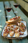 Garlic crostini with cured ham