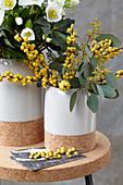 Gelber Ilex und Eukalyptus als Winterstrauß neben Christrose