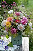 Ländlicher Strauß mit Rosen, Frauenmantel, Oregano, Prachtkerze, Geißraute und Wiesenkerbel