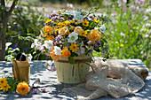 Sommerstrauß mit Rosen, Witwenblume, Mädchenauge, Oreganoblüten, Wicke, Fenchelblüten und Wilde Möhre