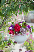 Kleiner Sommerstrauß aus Rosen, Oreganoblüten, Flammenblume und Storchschnabel