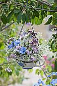 Strauß aus Wegwarte, Kronwicke, Geißraute, Oreganoblüten und Gierschblüten als hängende Dekoration