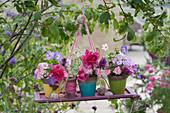 Kleine Sträuße aus Rosen, Storchschnabel, Flammenblume, Ziest und Gierschblüten als hängende Deko