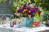Bunter Sommerstrauß aus Rosen, Flammenblumen, Oregano, Schafgarbe und Färberkamille als Tischdeko