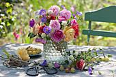 Sommerstrauß mit Rosen, Storchschnabel und Witwenblume