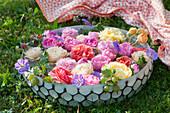 Schale mit Rosenblüten, Storchschnabel und Stachelbeeren