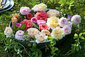 Schale mit Rosenblüten