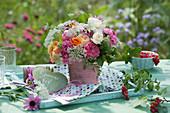Strauß aus Rosen, wilder Möhre, Wiesenkümmel und Stachelbeere, Herz mit Botschaft : Sommerfest