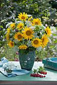 Üppiger Strauß aus Sonnenblumen, Wiesenkerbel und wilder Möhre