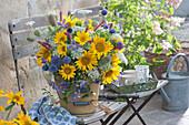 Strauß aus dem Bauerngarten: Sonnenblumen, Kugeldisteln, wilde Möhre, Waldrebe, Knöterich und wilde Karde