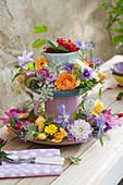 Selbstgebaute Etagere mit Rosen, Schmuckkörbchen, Waldrebe, Ringelblumen, roten Johannisbeeren, Wiesenkümmel und Fenchelblüten