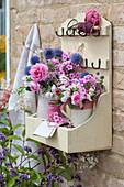Wandhänger mit Sträußen aus Rosen, Flammenblume, Malven, Wicken und Kugeldistel