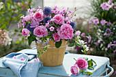 Strauß aus Rosen, Flammenblume, Malven, Wicken und Kugeldistel