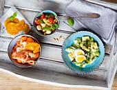 Spargelsalat-Variationen und Parmesan-Melone mit Schinken