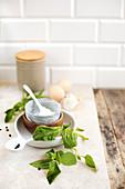 Ricotta, Basilikum, Eier und Mehl (Zutaten für Spinatpfannkuchen)