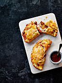 Frühstücks-Pasties mit Baked Beans und Bacon (England)