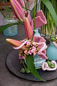 Modernes Gesteck mit Lilien - Knospen