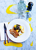 Vorspeise mit Essiggurken, Kresse und Röstbrot