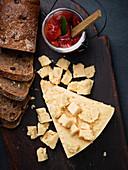 Hartkäse, Brot und Tomatenconfit