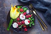 Feldsalat mit Himbeeren, Zucchiniblüte und Ziegenkäse