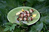 Grillspiess mit Jakobsmuscheln, Chorizo und Spargel
