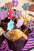 Muffins mit DIY-Papierblüten als Anstecker