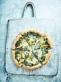 Cremige Artischocken-Spinat-Pizza