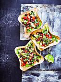 Mexikanischer Salat in Tortilla-Schälchen