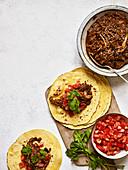 Tortillas mit Chipotle und Pull Apart Kaffee-Schweinefleisch-Mole