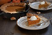 Ein Stück Pumpkin Pie in der Pfanne gebacken