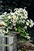 Weißer Strauß aus Herbstaster und Knöterich