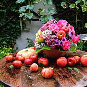 Herbststrauß mit Äpfeln und Rosenblüten