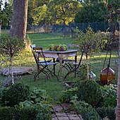 Sitzgruppe auf dem Rasen, Kranz als Tischdeko