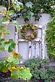 Herbstkranz am alten Fensterrahmen