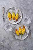 Zucchiniblüten gefüllt mit Ricotta, Speck und Pilzen