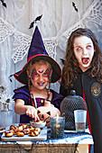 Verkleidete Mädchen bei einer Halloween-Party