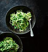 Grüne Linguine mit Erbsen, Bohnen, Lauch und Minze