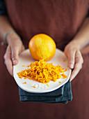 Orange und Orangenabrieb für einen Orangenkuchen